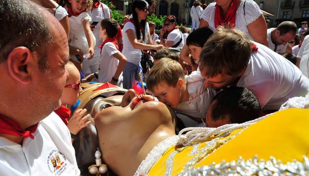Un niño besa uno de los gigantes para despedirse hasta el año que viene.