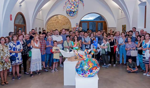 Foto de las decenas de vianeses que participaron en el acto de inauguración de la muestra que permanecerá abierta hasta el 8 de septiembre.