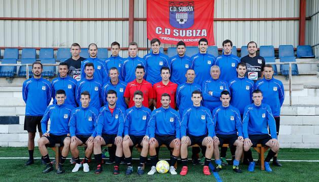 La plantilla del Subiza para la temporada 2019/2020 posa ayer en el campo de Sotoburu.