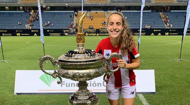 Foto Maite Oroz Areta junto al Trofeo Carranza que ganó con el Athletic, la primera edición femenina.
