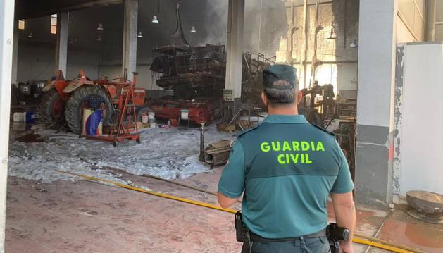 foto de Estado en el que ha quedado el taller mecánico incendiado en Buñuel