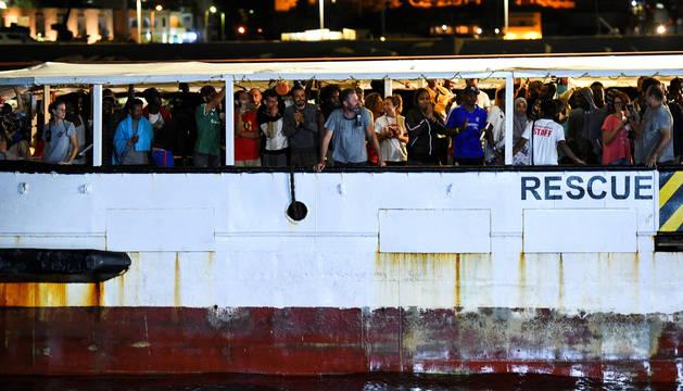 foto de El barco de Open Arms llegando al puerto de Lampedusa con los migrantes rescatados
