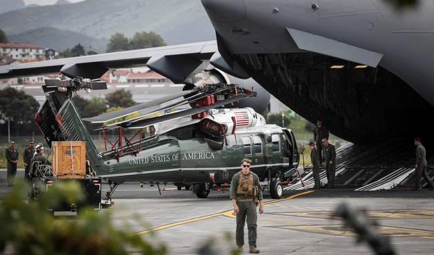 Foto del avión del ejército, que transportaba el helicóptero 'Marine One' del presidente Donald Trump.