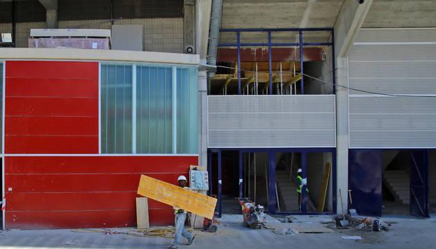 Operarios trabajan en la fachada de Preferente de El Sadar.