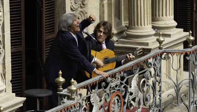 Rancapino y Antonio Higuero en el balcón del Ayuntamiento.