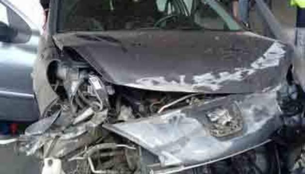 El vehículo ha quedado encajado en la bionda en la que ha chocado, destrozando el chasis delantero. Por suerte, nadie ha resultado herido.