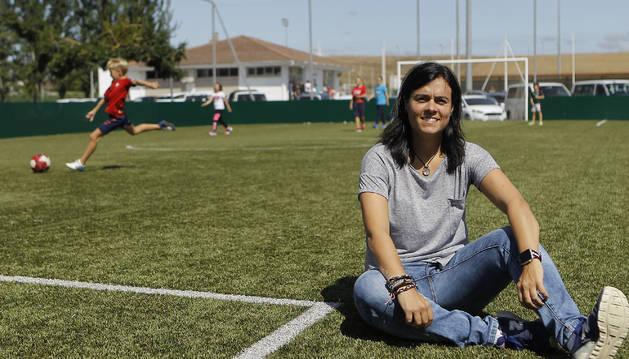 Izaskun 'Kakun' Mainz, sentada en uno de los campos de hierba artificial de Tajonar, donde un grupo de niños y niñas jugaban al fútbol el pasado martes.