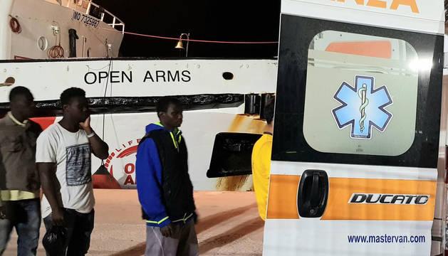 Foto de algunos de los inmigrantes del Open Arms, tras su llegada  a Lampedusa.