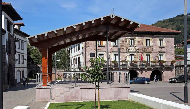 Imagen del quiosco levantado en la plaza de los Fueros, con el Ayuntamiento al fondo.