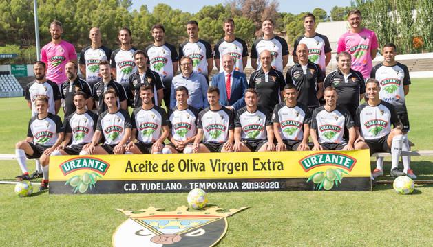 La plantilla del CD Tudelano posa al completo durante su presentación en el estadio Ciudad de Tudela celebrada este jueves.