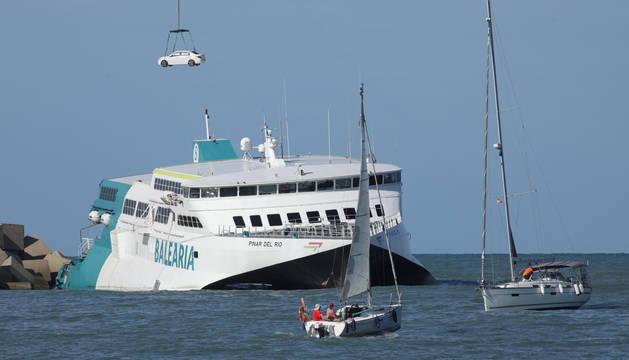 Los coches del buque de Balèaria ya están siendo descargados.