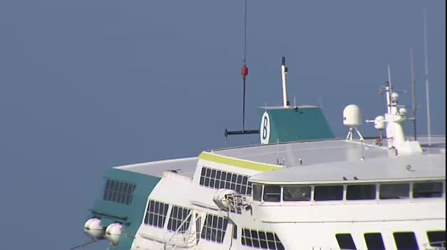 Comienzan la descarga de los coches del ferry encallado en Dénia