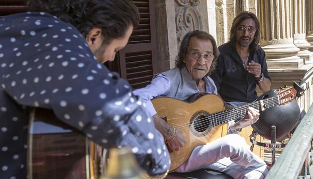 Ketama y Pepe Habichuela, en el balcón del Ayuntamiento de Pamplona.