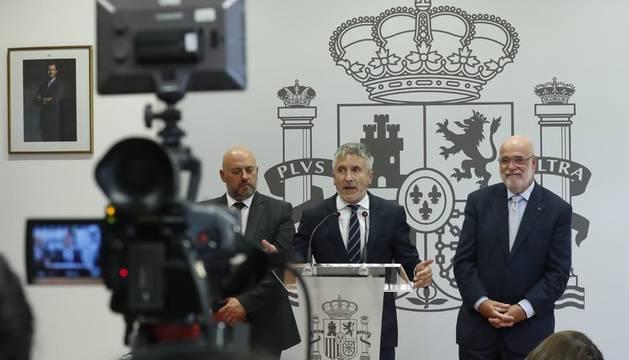El ministro del Interior en funciones, Fernando Grande-Marlaska (c), acompañado por los delegados del Gobierno en Navarra, José Luis Arasti (i), y en el País Vasco, Jesús Loza (d).