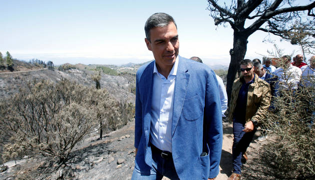 Sánchez visita Gran Canaria por el peor incendio forestal de España en seis años, en Valleseco, España,