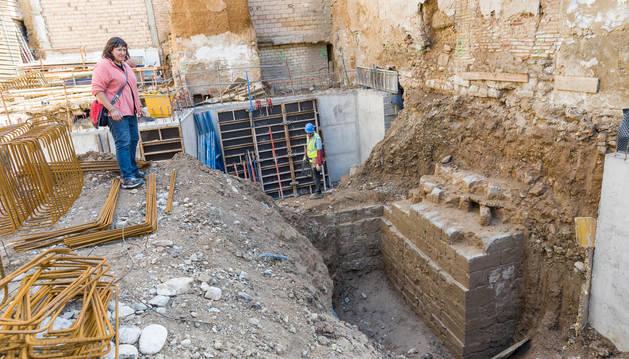 Foto de detalle de la barbacana, con los restos del torreón en su parte superior.