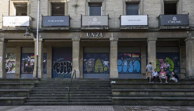 Foto del edificio de Unzu en su fachada de la plaza de los Burgos.