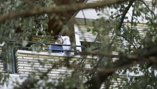 Fotos de agentes tomando huellas en el balcón desde el que se precipitó la mujer.