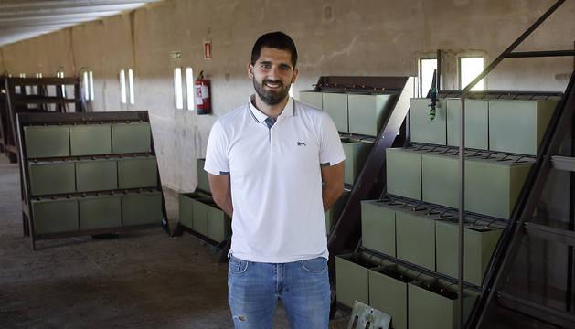 Ibai Ezpeleta Noáin, socio de la empresa junto con su padre, en la planta de compostaje de Aós.
