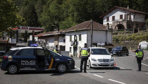 Tres agentes adscritos al puesto de fronteras en Valcarlos, en un control instalado a la una de la tarde de este sábado.