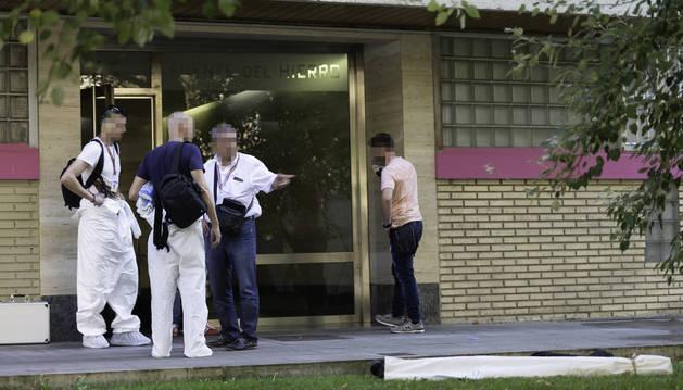 Foto de agentes de la Policía Nacional, el viernes por la tarde junto al portal donde ocurrió el suceso.