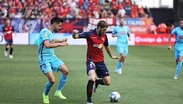 Darko Brasanac conduce el balón en el partido Osasuna-Eibar.