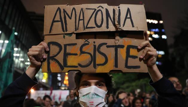 Decenas de personas participan en una protesta este viernes, en Sao Paulo (Brasil), contra los incendios que consumen la Amazonía desde hace más de 15 días.