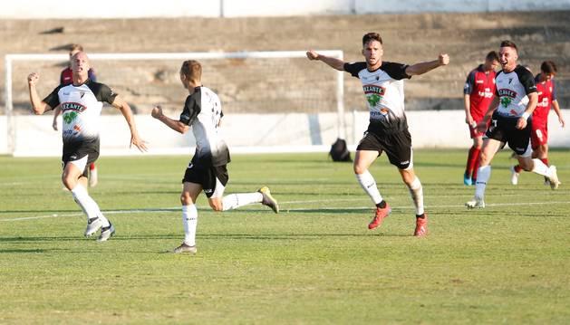 Los jugadores del Tudelano Fernando Delgado, Zabaleta y Miguel Díaz celebran el gol del primero que empató el partido tras el tanto de Marcos Mendes para el Promesas.