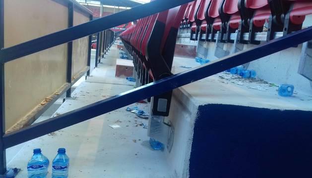 Muchos envases de plástico se quedaron en la grada tras el partido.