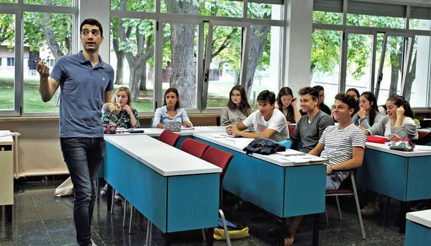 El profesor Guillermo Juliá explica un ejercicio de matemáticas a los alumnos de Ciencias y Farmacia durante el curso 0 organizado por estas facultades de la Universidad de Navarra.