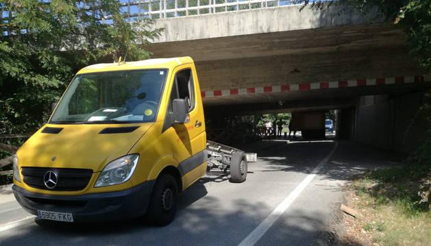 Foto de la cabina del camión, separada del remolque que puede verse al otro lado del puente.