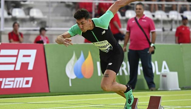 El atleta plusmarquista español Sergio Fernández durante la prueba de su especialidad en los 400 metros vallas, en el 'Meeting Madrid 2019' desarrollado en el recientemente restaurado estadio de Vallehermoso, en Madrid.