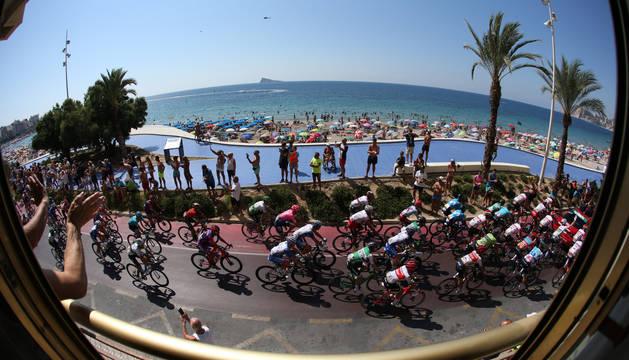 El pelotón, al inicio de la segunda etapa de la Vuelta a España 2019.