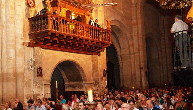 Los asistentes al concierto y los solitas, junto al órgano (arriba).