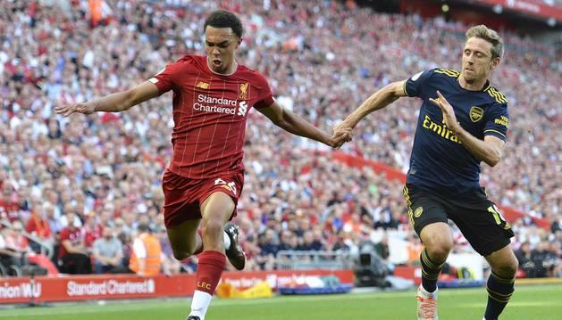 Nacho Monreal trata de frenar el avance del jugador del Liverpool Alexander-Arnold.