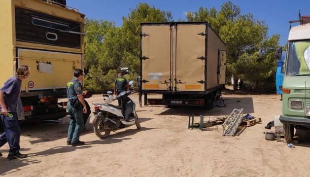 Agentes de la Guardia Civil desmantelan una fiesta ilegal.