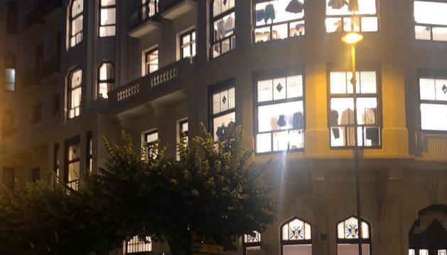 La ropa era visible de madrugada, con el edificio iluminado.