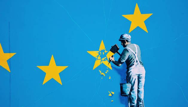 Detalle del mural de Banksy sobre el 'brexit' en Dover.