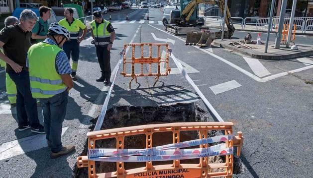 Técnicos, operarios y Policía Municipal inspeccionan la zona del pavimento donde se produjo el agujero, en el acceso a Estella por Merkatondoa.