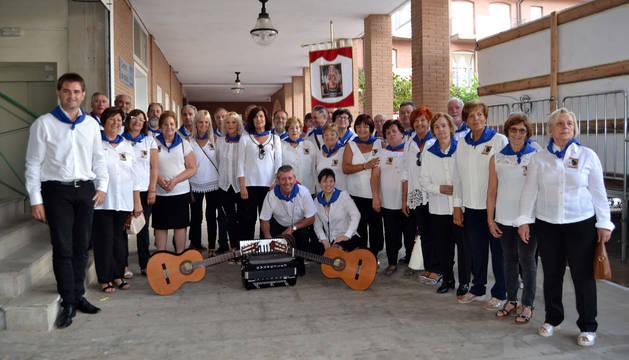 Foto del grupo de auroros con Charo Marín agachada, junto a la guitarra de la derecha.
