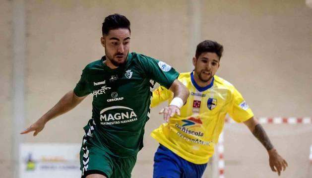 Llamas, autor de un gol, trata de superar en velocidad a un rival.
