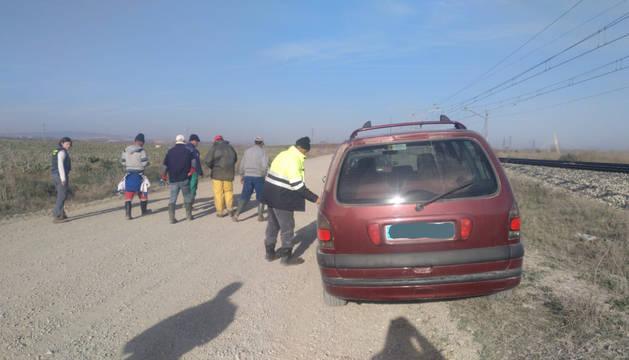 Foto de un grupo de trabajadores, en un campo de la Ribera, investigado por la Guardia Civil.