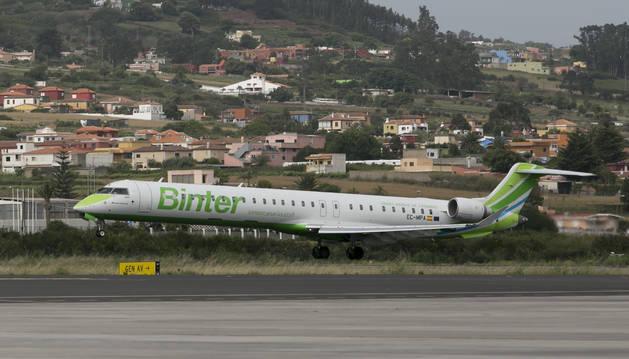 Foto de un avión CRJ que operará la nueva ruta entre Pamplona y Canarias.