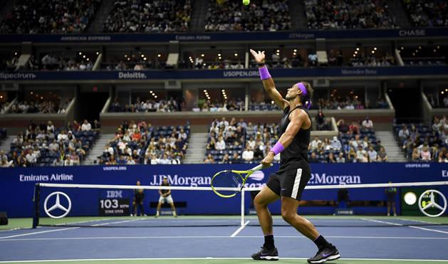 Foto de Rafa Nadal sacando durante su partido contra John Millman.