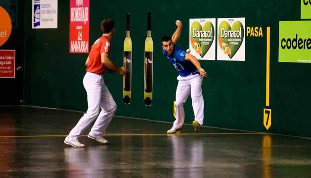 Ander Imaz se coloca para golpear una pelota ante la mirada de Zabaleta en la semifinal del Atano III.