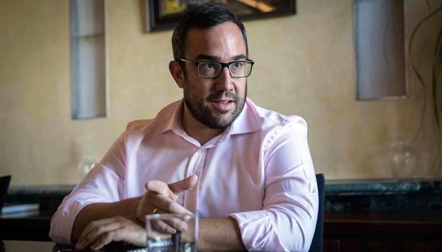 Javier Remírez, en su despacho de la planta noble del Palacio de Navarra.