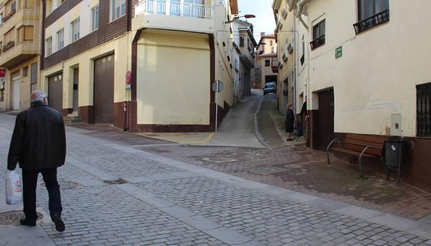 Foto de Uuna persona mayor paseando por una de las calles del centro de la localidad de Tierra Estella.