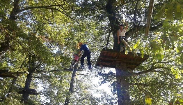 Un joven despliega sus habilidades sobre un recorrido entre árboles en la primera etapa del parque.