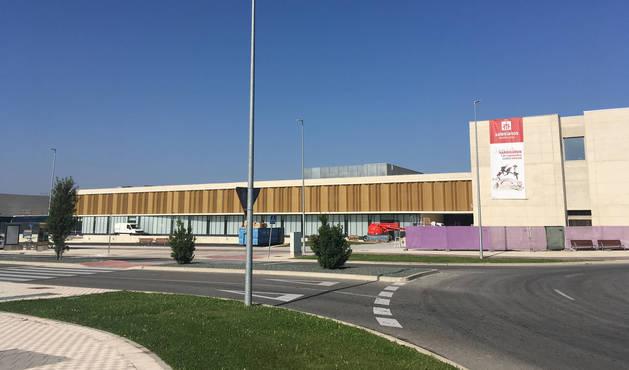 Foto de la parada de la línea 23 frente a la entrada del nuevo centro de Salesianos en Sarriguren.