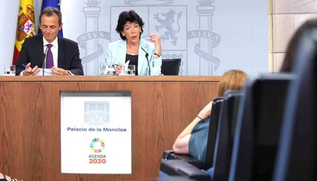 La portavoz del Gobierno y ministra de Educación en funciones, Isabel Celaá y el ministro de Ciencia y Universidades en funciones, Pedro Duque, durante la rueda de prensa posterior al Consejo de Ministros en La Moncloa.